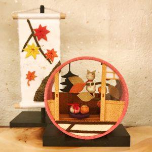 手前)ちりめん飾り『京の町屋・柿』 後ろ)旬のつづり『紅葉』